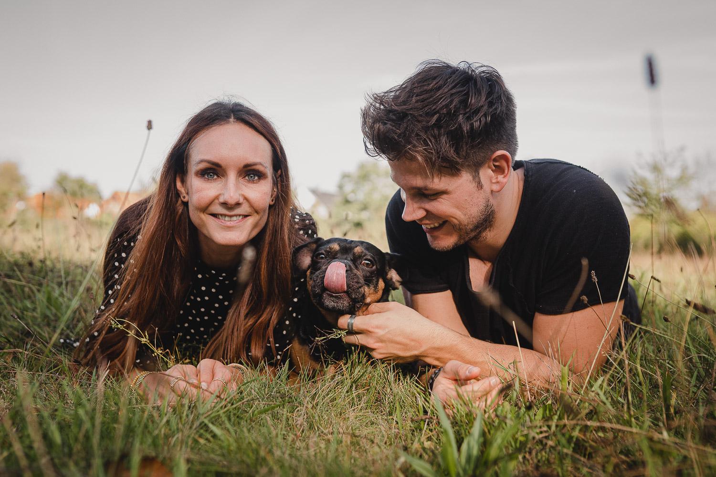 Liebevolle Paarfotos mit Hund