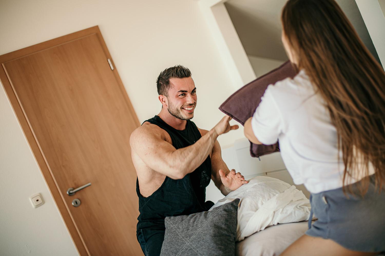 Kissenschlacht Posing Ideen für Paare