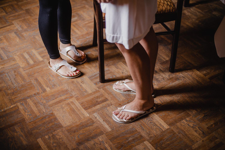 Getting Ready Braut in Flip Flops