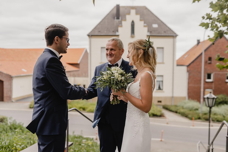 Brautvater und Brautpaar
