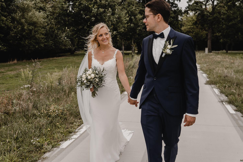 Liebevolle Brautpaarfotos