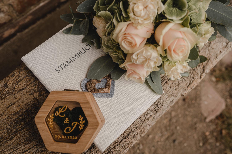 Ringe und Brautstrauß